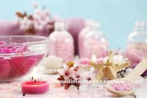 scrub viso ai petali di rosa