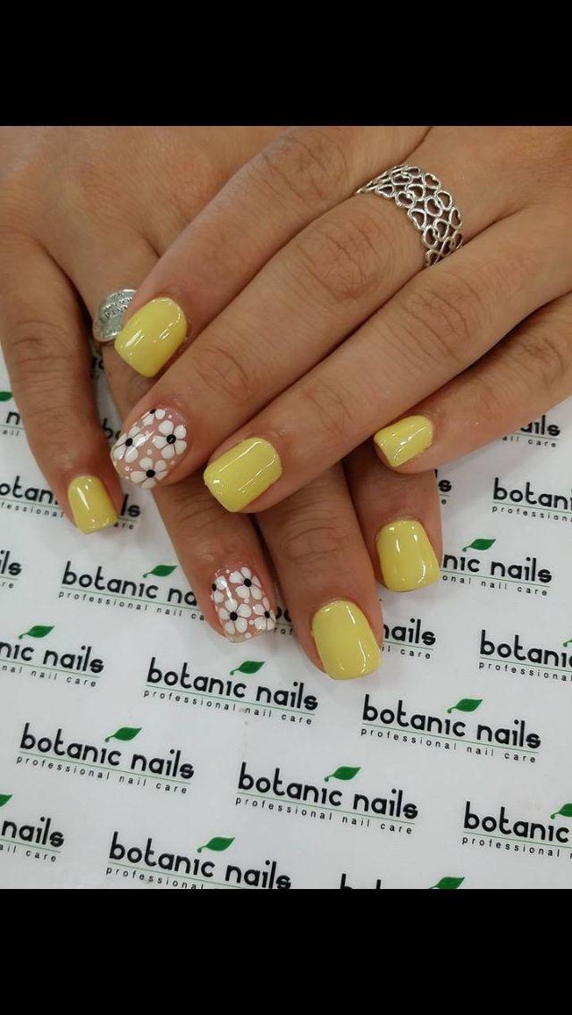 Nail art gialla per la festa della donna